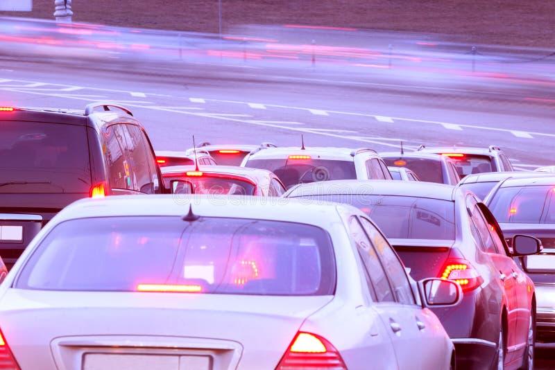在trafficlight前的汽车立场 库存图片