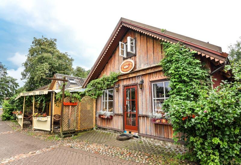 在Trakai湖附近的美丽的老木大厦 特拉凯镇,立陶宛街道  图库摄影