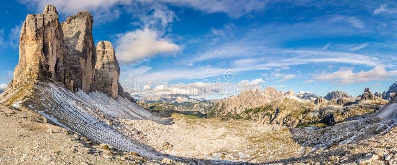 在Tre Cime从Forcella Lavaredo在白云岩-南提洛尔,意大利的di Lavaredo的看法 免版税库存照片