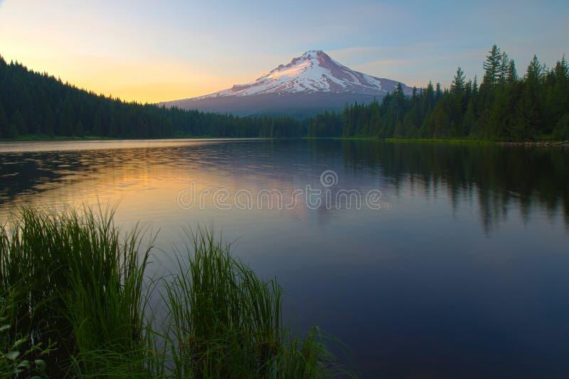 在Trillium湖的日落 免版税库存图片