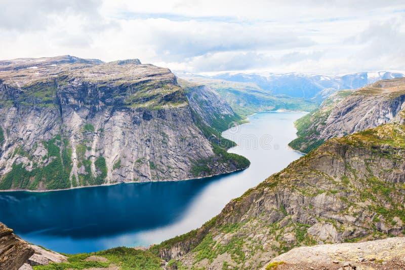 在Trolltunga地标附近的Ringedalsvatnet湖在挪威 免版税库存照片