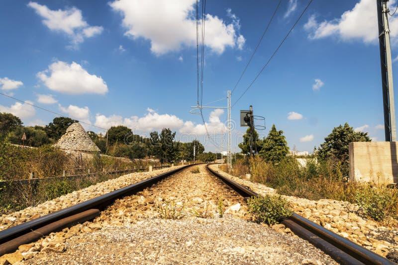 在trullo之间的铁路在Salento意大利 免版税库存照片
