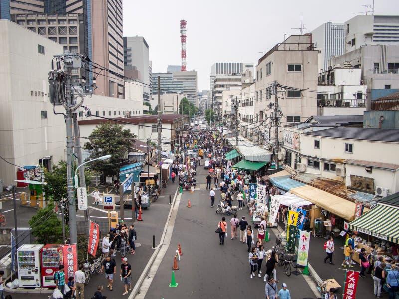 在Tsukiji鱼市ç¯ ‰ åœ°å¸ 'å的外面市场'Tsukiji shijÅ ,东京,日本 免版税库存图片