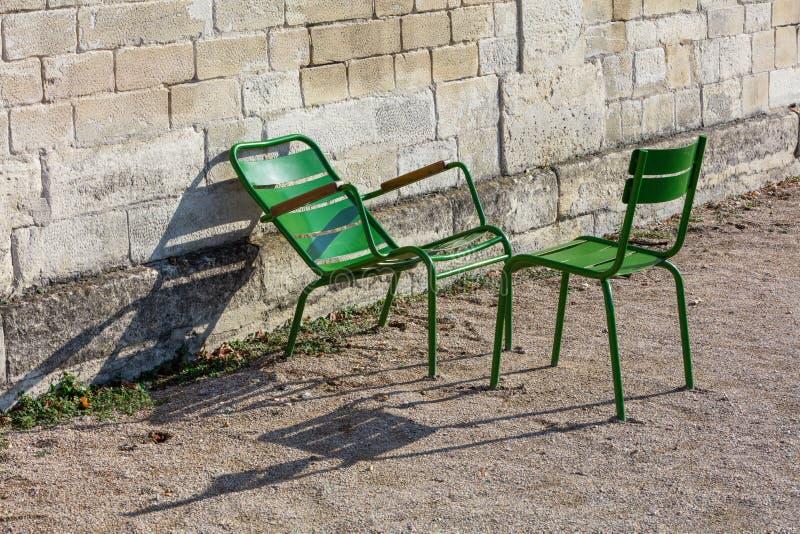 在Tuileries的两把绿色庭院椅子从事园艺,巴黎,法国 免版税库存图片