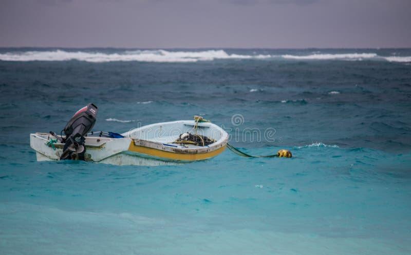 在Tulum墨西哥海的偏僻的小船  免版税库存照片