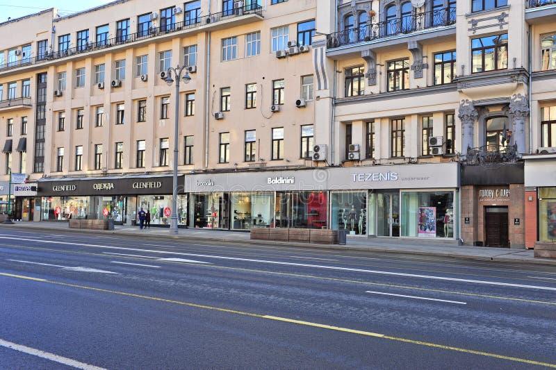 在Tverskaya街道,莫斯科的服装店 库存照片