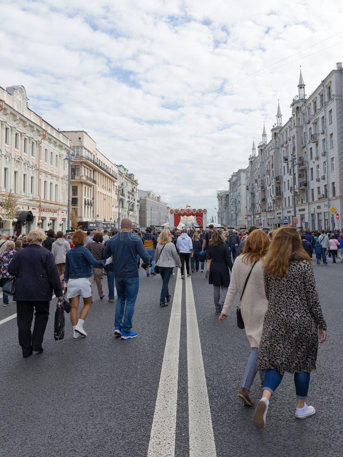 在Tverskaya街,莫斯科上的人步行 免版税库存照片