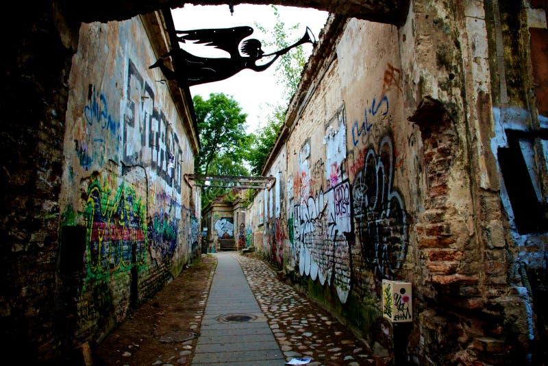 在UÅ ¾ upis artist's共和国的街道画墙壁在维尔纽斯立陶宛扎营 库存照片