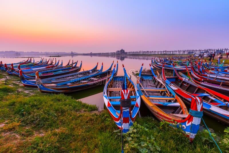 在U Bein桥梁的日出有小船的,曼德勒,缅甸 免版税库存图片