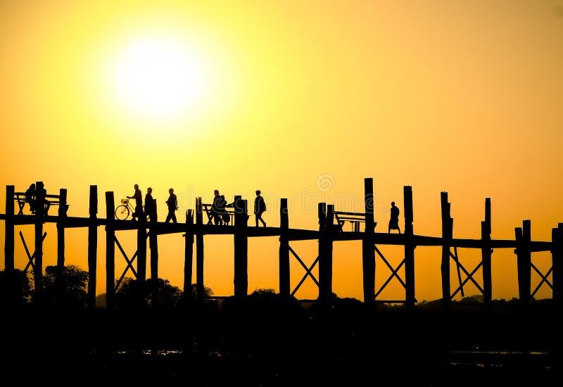 在U Bein桥梁的日落 库存照片