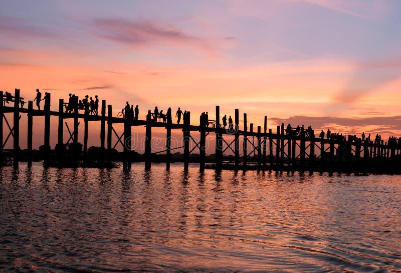 在U Bein桥梁缅甸的日落 免版税库存照片