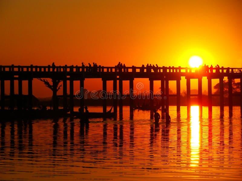 在U Bein桥梁, Amarapura,缅甸的五颜六色的日落 免版税图库摄影