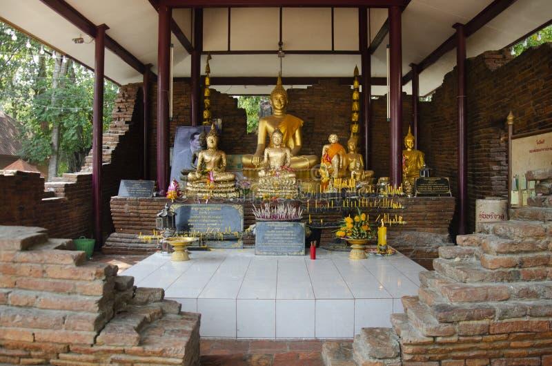 在ubosot的许多金黄颜色菩萨图象雕象在Wat Pho花王吨在轰隆信武里的,泰国Rachan村庄 库存图片