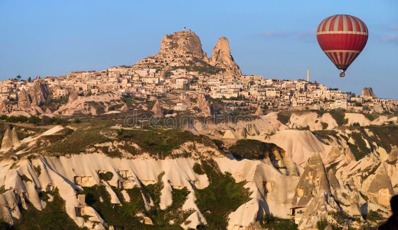 在Uchisar城堡附近迅速增加飞行在卡帕多细亚,土耳其 图库摄影