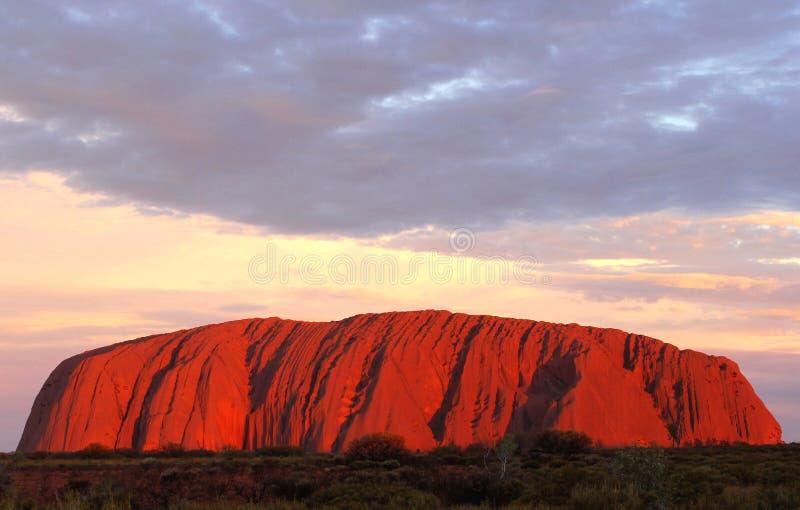在Uluru艾瑞斯岩石的日落在澳大利亚 免版税图库摄影