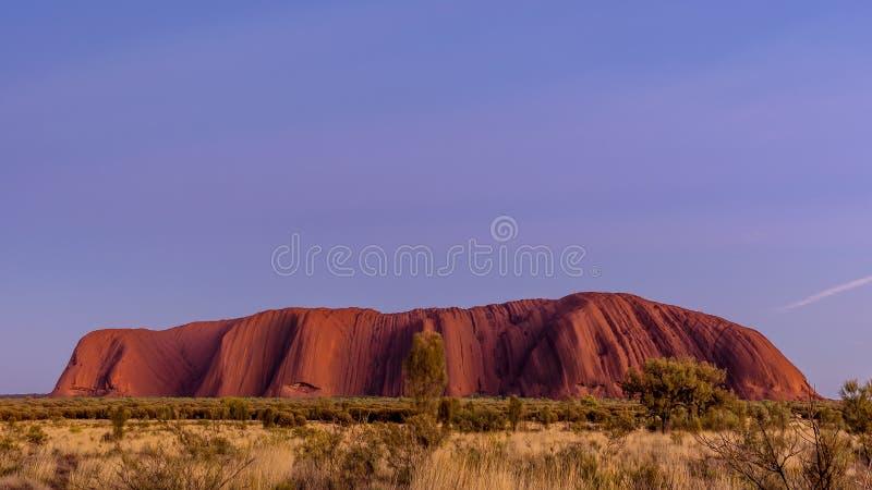 在Uluru,艾瑞斯岩石,澳大利亚的美好和五颜六色的日出 库存照片
