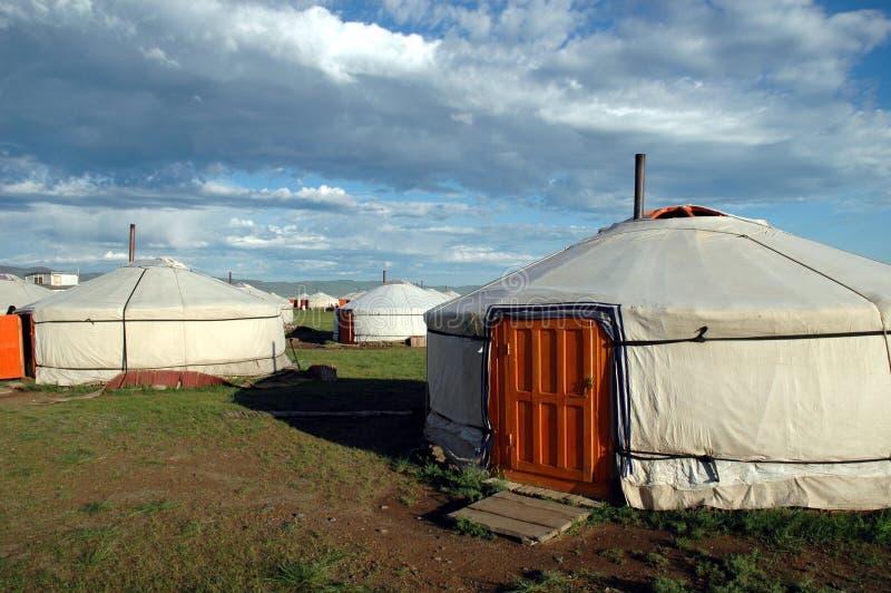 在Urguu热镇阵营的Yurts在Mongolias戈壁 免版税库存图片