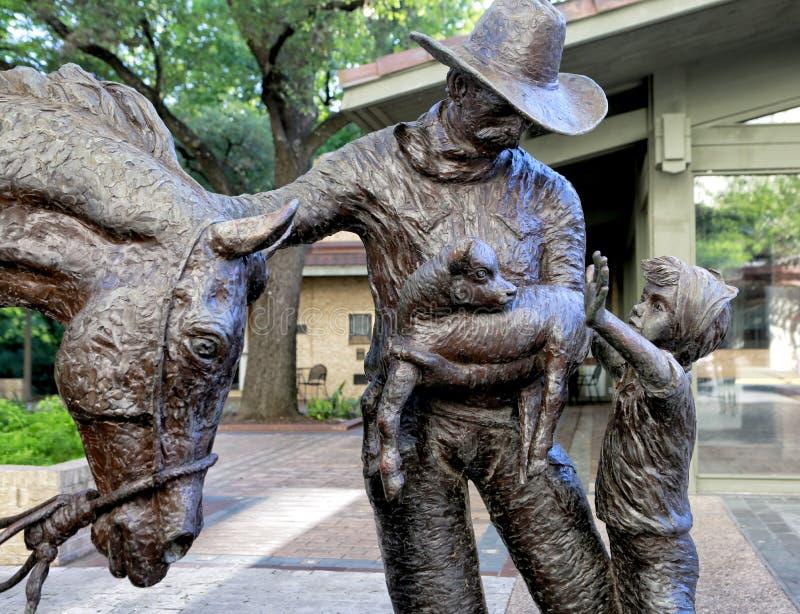 在UT校园的古铜色雕象 库存图片