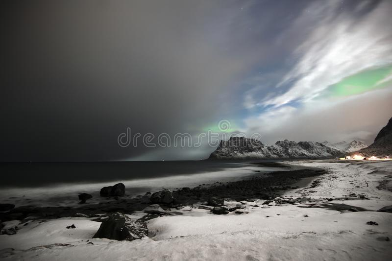 在Utakleiv的海滩在Vestvaagoy,罗弗敦群岛海岛 在Utakleiv上的北极光 免版税库存照片