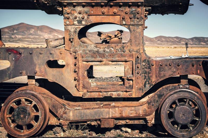 在Uyuni玻利维亚火车公墓放弃的一辆老生锈的无盖货车的轮子  免版税库存图片