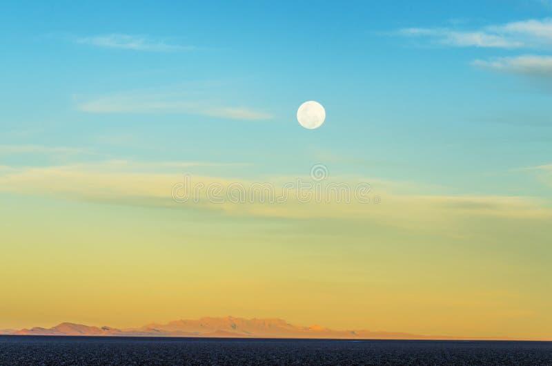 在Uyuni的月亮 免版税库存照片