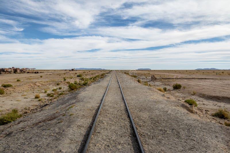 在Uyuni的铁路轨道训练公墓- Uyuni,波托西,玻利维亚 库存照片