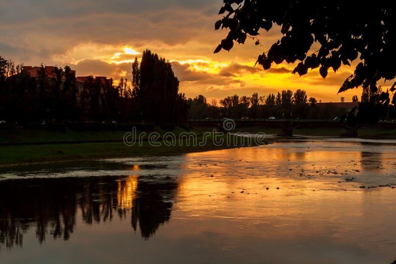 在uzgorod的背景的河岸sunsetsunset 免版税库存照片