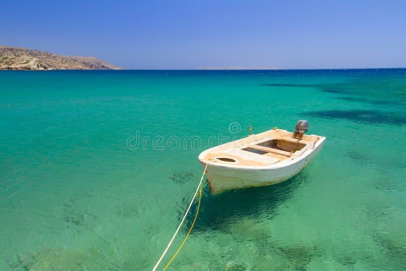 在Vai海滩蓝色盐水湖的小船