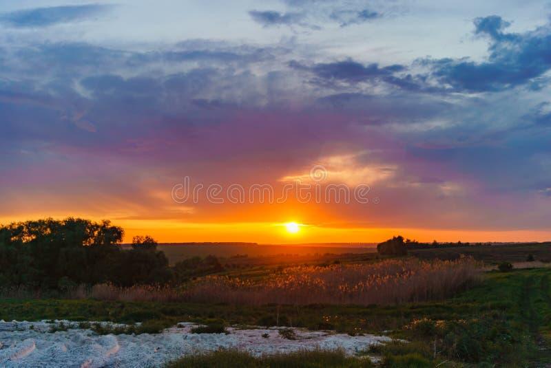 在Valday湖的橙色日落,俄罗斯自然风景摄影 秋天日落,俄罗斯的室外本质 图库摄影