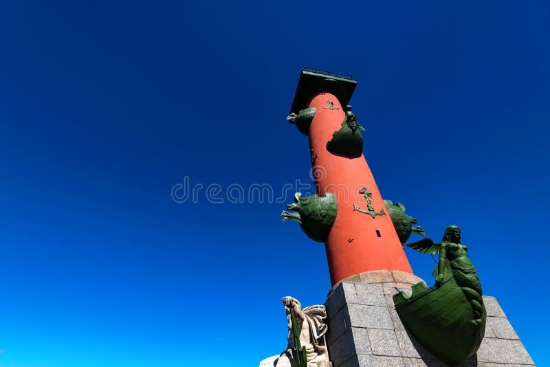 在Valilievsky海岛上的有船嘴装饰的专栏在圣彼得堡 图库摄影
