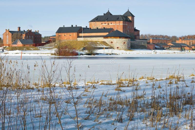 在Vanajavesi湖,3月下午岸的老堡垒监狱  海门林纳,芬兰 免版税库存图片