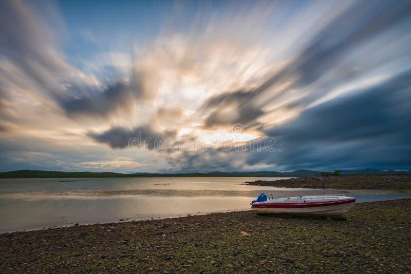 在Vani vilas sagar水坝死水的剧烈的季风晚上  库存图片