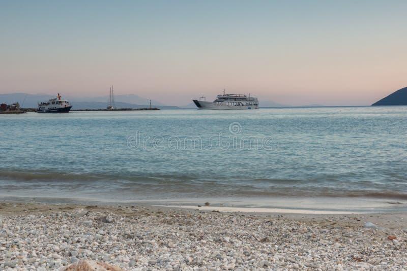 在Vasiliki,莱夫卡斯州,希腊村庄海滩的惊人的日落  库存图片