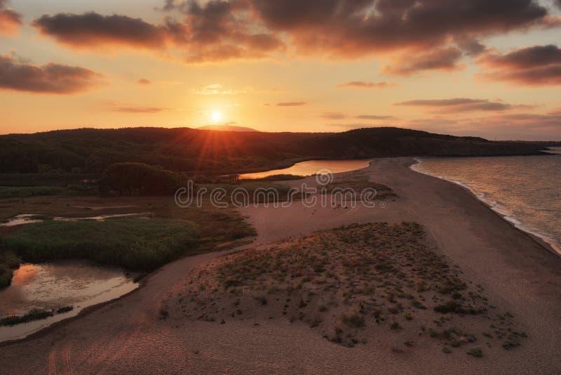 在Veleka河出海口, Sinemorets,保加利亚的多云夏天日落 免版税图库摄影