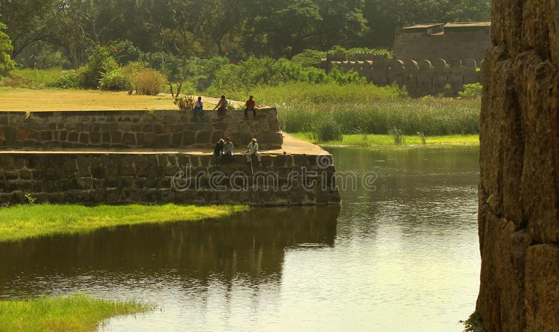 在vellore堡垒的古老大城垛沟槽的人滑稽的渔  免版税图库摄影