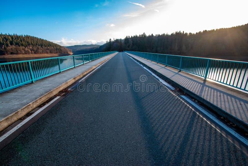 在Versetalsperre nm绍尔兰山,德国的Klamer桥梁 免版税库存照片