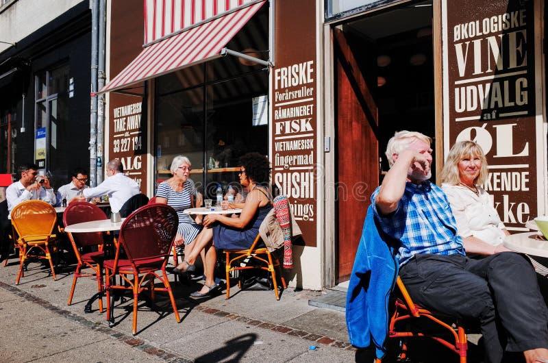 在Vesterbrogade,哥本哈根,丹麦的街道咖啡馆 图库摄影
