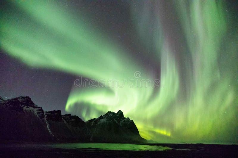 在Vestrahorn山的冰岛北极光 免版税库存图片