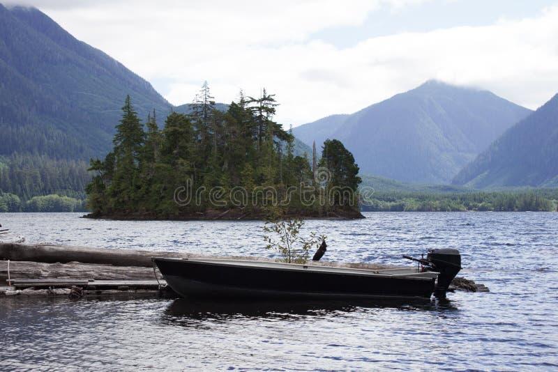在Victoria湖靠码头的小船 免版税库存照片