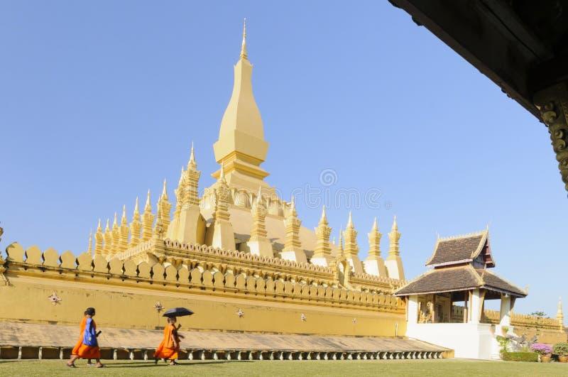 在vientienne的金黄寺庙建筑学 免版税图库摄影