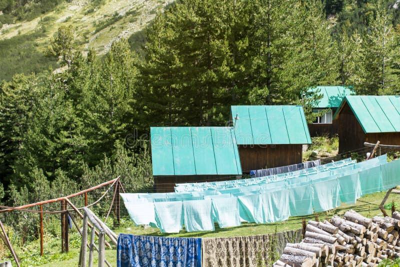 在Vihren小屋附近的平房在Pirin山,保加利亚 免版税库存照片