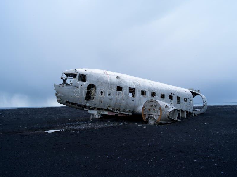 在vik冰岛附近的平面击毁 免版税库存照片