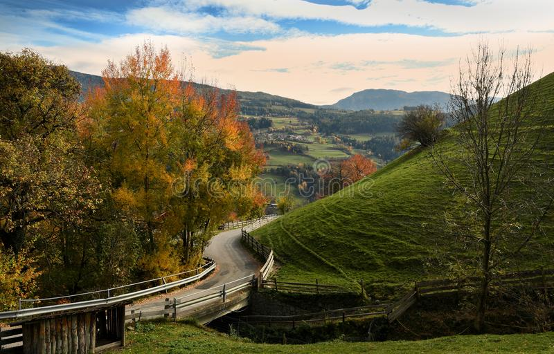 在Villandro村庄附近的美好的秋天场面 特伦托自治省女低音阿迪杰,波尔查诺,意大利 库存图片