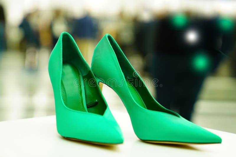 在vitrine的美丽的绿色妇女鞋子 图库摄影