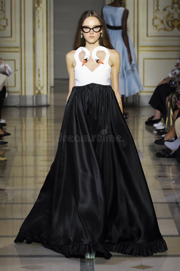 在Vivetta时装表演期间,模型走跑道 图库摄影