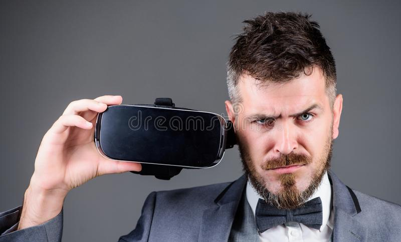 在vr耳机的商人 视觉现实 使用未来技术 虚拟现实凝视 现代的商业 数字式 免版税库存图片