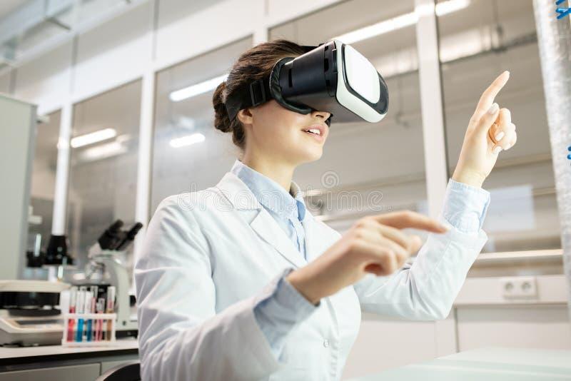 在VR设备的试验室工怍人员观看的录影 免版税库存图片