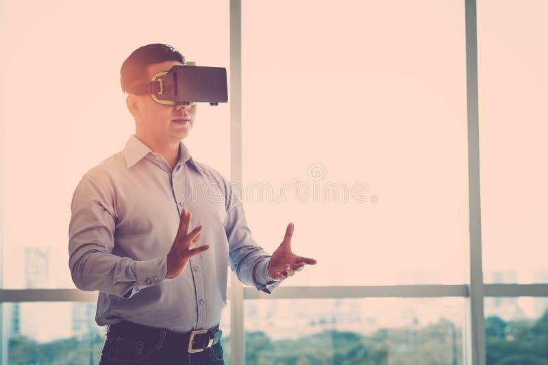 在VR风镜的商人 库存照片