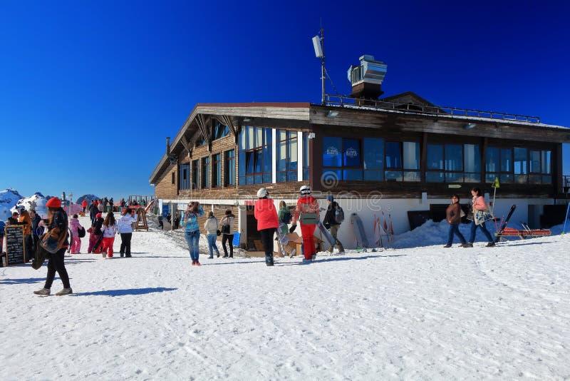 在Vysota 2320餐馆附近的游人罗莎的Khutor,俄罗斯 免版税图库摄影