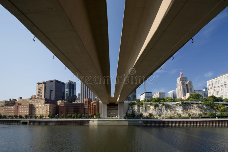 从在Wabasha街自由桥梁,圣保罗,明尼苏达下的圣保罗地平线 免版税库存照片